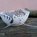 Fonaltartó cica két lyukkal, fonalvezető tálka, fonalgombolyító cica, Két lyukkal, és fonalkivezetővel készült fona...