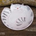 Alvó cica formájú kerámia tálka, Kézzel korongolt kerámia tálka, összegömböly...