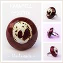 KARAMELL SZIGETEK - Barna-fehér mázas kerámia gyűrű, Ékszer, óra, Gyűrű, Csillogó, barna mázzal fedett, vörös agyagból kézzel formázott- tömör félgömb gyűrű dísze a fehér má..., Meska
