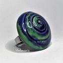 SPIRÁLMINTÁS - Kék-zöld mázas nagy kerámia gyűrű, Ékszer, óra, Gyűrű, Fehér agyagból, kézzel formázott gyűrű érdekessége a spirálminta, melyet a kék és zöld máz tesz igaz..., Meska