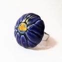 Kék virágos kerámia gyűrű, Ékszer, óra, Gyűrű, Fehér agyagból, kézzel formázott gyűrű érdekessége a virágforma, melyet a sötétkék máz csipetnyi sár..., Meska