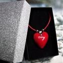 Csábító piros - nyaklánc szív alakú medállal elegáns díszdobozban, Gyönyörű fényes, piros mázas, kézzel formáz...