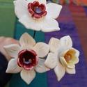 3 db nárcisz, Dekoráció, Otthon, lakberendezés, Esküvő, Esküvői dekoráció, Kerámia, A tavasz egyik legkorábbi gyöngyszeme a nárcisz virága. Amikor is a hideg, szürke téli napok után m..., Meska