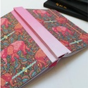 Piros elefántok -napló, A napló kézi kötéssel  készült. A belső lap...