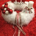 Adventi koszorú, Dekoráció, Ünnepi dekoráció, Karácsonyi, adventi apróságok, Karácsonyi dekoráció, Koszorú, Kézzel készült 25cm átmérőjű koszorú. fehér pihe puha anyaggal bevont. Gömbökkel és szal..., Meska