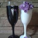 Lila rózsa esküvői pohár pár, Esküvő, Nászajándék, Esküvői dekoráció, Egyedi kézzel készített pohár pár. Süthető gyurmát használtam a díszítéshez. Bármilyen színösszeállí..., Meska