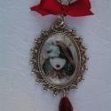 Piroska és a farkas üveglencsés medál, Piroska és a farkas ezüstszín foglalatban, egy ...