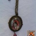 Piroska és a farkas - Üveglencsés medál, Piroska és a farkas bronz foglaltban, egy vérvö...