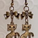 Bronz cica fülbevaló , Ékszer, Fülbevaló, Bronz cicák masnival fülbevaló Teljes hossz: 6 cm, Meska