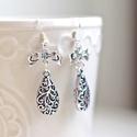 Ezüst színű csipke csepp fülbevaló , Ékszer, Fülbevaló, Ezüst színű fülbevaló csipkemintás cseppel Teljes hossz: 5 cm, Meska