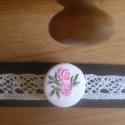 Gombolat karkötő hímzett gombbal és csipkével, Ékszer, Karkötő, Bőr karkötő pamutcsipkével és egy hímzett gombbal. A karkötő hossza 16 cm + kapocs (kb. + 2 ..., Meska
