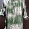 Zöldhullám , Ruha, divat, cipő, Női ruha, Blúz, Festett tárgyak, Foltberakás, Zöld színnel,hullámvonalakban festett,batikolt gyűrt anyagú blúz, tölcsér ujjas,nyaka gumírozott, m..., Meska