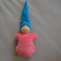 Rózsaszín waldorf marok manó kék sapival, Puha kis manó a legkisebbeknek!  Teste puha gyapj...