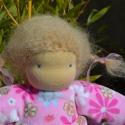 Virág - waldorf lány manó baba, Virág rávarrt ruhás manókislány, akinek plüs...