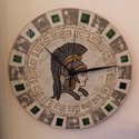 Római légiós katona falióra, Otthon, lakberendezés, Falióra, óra, Római légionárius katona kézzel festett portréja. Színes üveglapokkal díszítve. Kézzel festett órala..., Meska