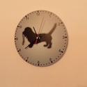 Kutyás falióra, Otthon, lakberendezés, Dekoráció, Falióra, óra, Aranyos kis kutya viszi a pórázát. Türkizkék háttér fekete sziluett kutyaalak.  Az óralap átmérője 2..., Meska