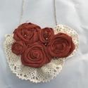 Rózsás lagenlook shabby textil ékszer romantikus nyaklánc, Ékszer, Nyaklánc, Téglavöröses-barnás textil rózsa, gyöngy és csipke  Kézzel készült minden része  10x15 cm A lánc kap..., Meska