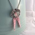 Rózsás nyaklánc , Ékszer, Nyaklánc, Medál, Textilékszer üveg cabochonnal és csipkével  Ezüstszínű, szétkapcsolható 54 cm hosszú láncon   ..., Meska