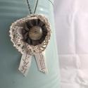 Vintage stílusú nyaklánc , Ékszer, Nyaklánc, Medál, Textilékszer üveg cabochonnal és csipkével  Bronzszínű, szétkapcsolható 60 cm hosszú láncon   ..., Meska