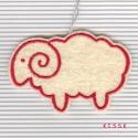 Fehér bárányka dísz, Dekoráció, Baba-mama-gyerek, Dísz, Gyerekszoba, Saját tervezésű, egyedi piros cérnával hímzett filc dísz, dekoráció. A barika fonákoldala nyers szín..., Meska
