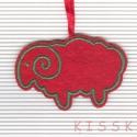 Piros - zöld bárányka karácsonyfa dísz, dekoráció, Dekoráció, Otthon, lakberendezés, Ünnepi dekoráció, Dísz, Hímzés, Mindenmás, Saját tervezésű, egyedi hímzett filc dísz. A színoldala piros színű filcen zöld hímzés, a fonákolda..., Meska