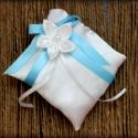 """""""Valami kék"""" - gyűrűpárna, Esküvő, Dekoráció, Otthon, lakberendezés, Gyűrűpárna, Fehér szatén gyűrűpárna, gyönyörű szatén masnival és fehér virággal.  Méret: 10 x 10 cm..., Meska"""