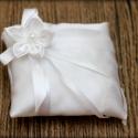Fehér gyűrűpárna, Esküvő, Dekoráció, Ünnepi dekoráció, Gyűrűpárna, Varrás, Fehér szatén gyűrűpárna, csipkével és egy fehér virággal.  Mérete: 10 x 10 cm  Ha más színben szere..., Meska