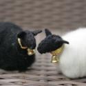 Gyapjas bárány dísz, Játék, Játékfigura, Karácsonyi, adventi apróságok, Karácsonyi dekoráció, Varrás, Natúr és fekete színű gyapjúfilcből készítjük ezeket a kis báránykákat. Testüket fehér vagy fekete ..., Meska