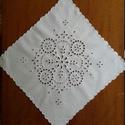 Asztali közép terítő 43×43 cm, Dekoráció, Otthon, lakberendezés, Dísz, Asztaldísz, Hímzés, A termék, 43×43 cm, alapanyaga fehér lepedővászon, melyre előre kiválasztott fehér hímzőmintát nyom..., Meska