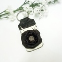 Fekete rózsa kulcstartó, Mindenmás, Ruha, divat, cipő, Ékszer, Kulcstartó, Fehér alapon fekete bőr rózsa díszítéssel készítettem ezt a kulcstartót. A fehér alapot finom kézi f..., Meska