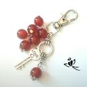 Ribizli vörös jade ásvány kulcstartó, Jade ásvány gyöngyökkel, kis kulcs medállal d...