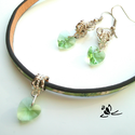 Zöld, virágos bőr karkötő fülbevalóval, Ékszer, óra, Karkötő, Fülbevaló, Medál, Ékszerkészítés, Bőrművesség, Zöld, virágos, bőr karkötő zöld kristály szívvel és egy kristály fülbevalóval. Különleges, egyedi d..., Meska