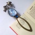 Virágmező könyvjelzô , Naptár, képeslap, album, Ékszer, Dekoráció, Könyvjelző, Bronz színű, könyvjelző alapra üveglencse alá rejtettem pompás kék virágok képet, a könyvjelzőt egy ..., Meska