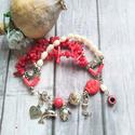 Korall és tenyésztett gyöngy karkötô , Többféle, szabálytalan és kis henger alakú  k...