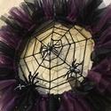 Halloween pókos kopogtató, Otthon, lakberendezés, Dekoráció, A koszorú átmérője 25 cm. Drót koszorú az alapja, melyet lila és fekete anyaggal díszítettem. A kosz..., Meska