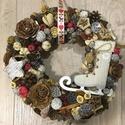 Karácsonyi korcsolyás kopogtató, A koszorú átmérője 25 cm, termésekkel együtt...