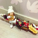 Karácsonyi kislányos asztaldísz, Az asztaldísz hossza 30 cm, mely fehér faháncs ...