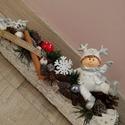 Karácsonyi kisfiús asztaldísz, Az asztaldísz hossza 30 cm, mely fehér faháncs ...