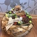Asztaldísz  rókával, A szőlővessző kosárba termések és bogyók ke...