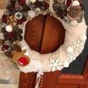 Rénszarvasos karácsonyi kopogtató, Dekoráció, Karácsonyi, adventi apróságok, Otthon, lakberendezés, Ünnepi dekoráció, A kopogtató átmérője 25 cm, termésekkel kb.28 cm. Szalma koszorú az alapja, melyet plüss anya..., Meska