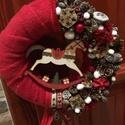 Hintalovas karácsonyi kopogtató, Dekoráció, Karácsonyi, adventi apróságok, Otthon, lakberendezés, Ünnepi dekoráció, A kopogtató átmérője 20cm. Szalma koszorú az alapja, melyet plüss anyaggal vontam be, erre ker..., Meska