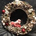 Kis autós karácsonyi kopogtató, Dekoráció, Otthon, lakberendezés, Ünnepi dekoráció, Karácsonyi, adventi apróságok, Virágkötés, A kopogtató 20 cm alapra készült, termésekkel együtt végleges mérete kb. 23-24 cm.  Szalma koszorú ..., Meska