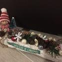 Karácsonyi szánkózó kislány asztaldísz, Az asztaldísz hossza 30 cm, mely fehér faháncs ...