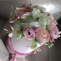 Virágbox selyemvirágból, A virágbox átmérője 15 cm, magassága 22 cm am...