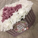 Virágbox szív alakú Anyák napjára, Dekoráció, Otthon, lakberendezés, Dísz, Asztaldísz, A szív alakú rózsabox szélessége kb 22 cm amibe fehér és mályva rózsák kerültek.  Kedves ajándék leh..., Meska