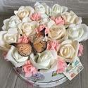 Virágbox rózsával és pillangóval, Dekoráció, Otthon, lakberendezés, Dísz, Asztaldísz, A  virágbox átmérője kb 18-19 cm amibe törtfehér és barack rózsák kerültek és egy pillangó.  Kedves ..., Meska