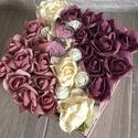 Virágbox pillangóval, Dekoráció, Otthon, lakberendezés, Dísz, Asztaldísz, A négyzet alakú rózsabox szélessége kb 18 cm amibe krém, púder és mályva rózsák kerültek, és egy pil..., Meska