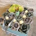 Virágbox orchideával, Dekoráció, Otthon, lakberendezés, Dísz, Asztaldísz, A négyzet alakú rózsabox szélessége kb 18 cm amibe antik szürke és zöld rózsák kerültek, és egy orch..., Meska