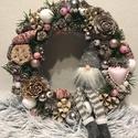 Karácsonyi-téli ajtódísz, kopogtató manóval, Dekoráció, Karácsonyi, adventi apróságok, Ünnepi dekoráció, Karácsonyi dekoráció, A kopogtató átmérője 20 cm, végleges mérete termésekkel kb. 23-24 cm. Szalma koszorú az alapja, mely..., Meska