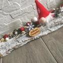 Karácsonyi asztaldísz manóval, Dekoráció, Otthon, lakberendezés, Dísz, Asztaldísz, Az asztaldísz hossza 30 cm, mely faháncs köteg, erre kerültek a különböző téli termések, fenyők, és ..., Meska